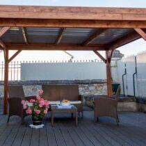 Pergola 9-34 de 10.67m² à toit plat fabriquée en sapin du Nord contrecollé plus la couverture en bac acier