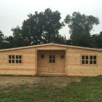 Chalet 66-44 en  bois de 66m² en madriers massifs de 44mm avec sa couverture toiture et son plancher