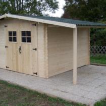 Abri 64 de 13.38m²/8.70m² avec bûcher en madriers massifs de 28 mm avec sa couverture en plaques ondulées