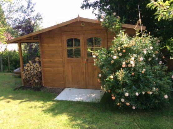 Abri 80 de jardin bois de 13m² en madriers massifs de 28mm avec bûcher et couverture toiture