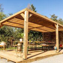 Pergola autoportante de 20.93 m² en THT + couverture toiture + 1 lame de bois sur 1 côté