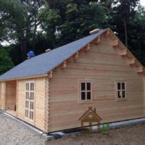 Chalet 44-66 en bois de 66m² en madriers massifs de 44mm avec sa couverture toiture et son plancher