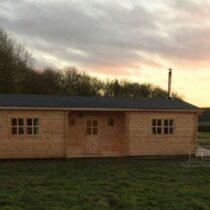 Chalet 66-44B en  bois de 66m² en madriers massifs de 44mm avec sa couverture toiture et son plancher