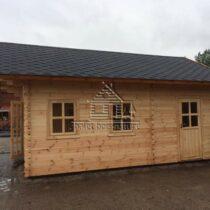 Chalet 27-44 en bois de 27m²/24m²+12m² de mezzanine en madriers massifs de 44mm avec sa couverture en tuiles bitumées